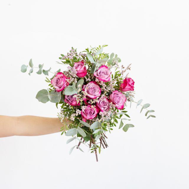 Ramo con rosas deep purple y limonium