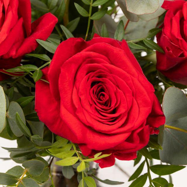 Enviar ramo de flores a domicilio con rosas rojas y eucalipto