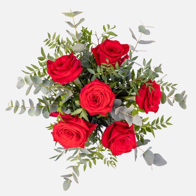 Ramo de flores de rosas rojas y eucalipto