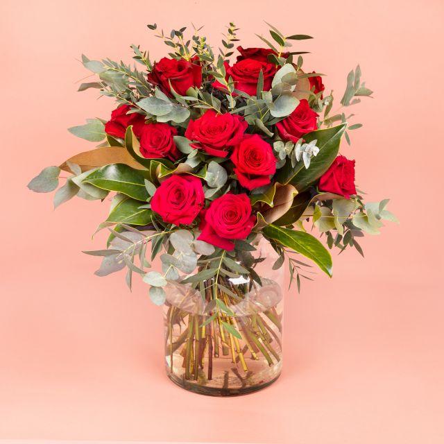 Mazzo di Fiori di Rose Rosse e Magnolia - RESILIENT - Fiori a domicilio - Colvin