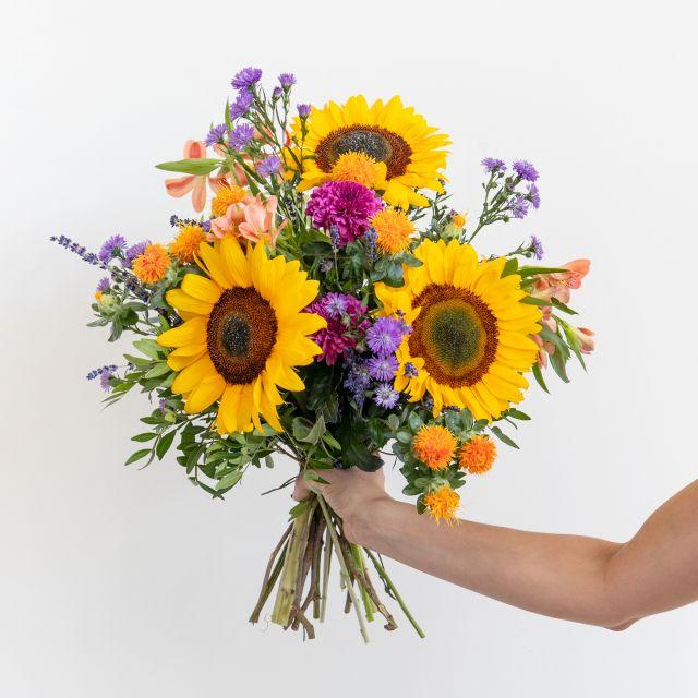 bouquet de girassol e pacote de oferta de velas perfumadas