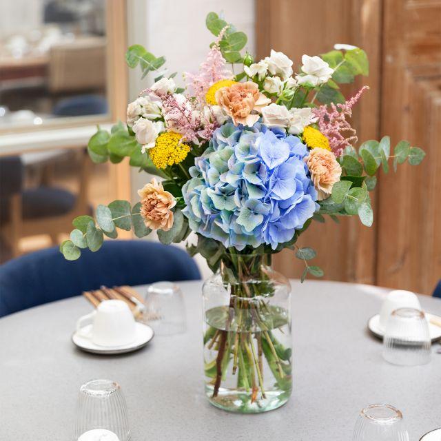 Bouquet di ortensie azzurre e garofani Colvin