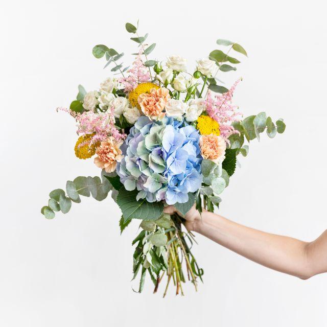 Inviare bouquet di ortensie azzurre e garofani