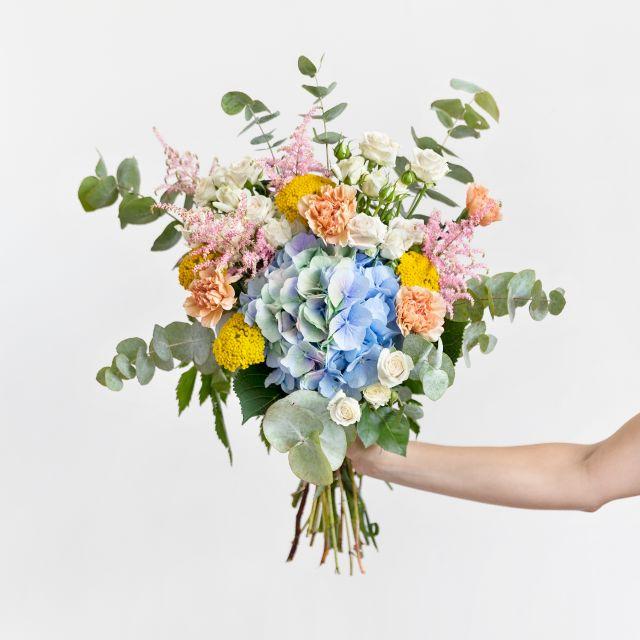 Bouquet di ortensie azzurre e garofani
