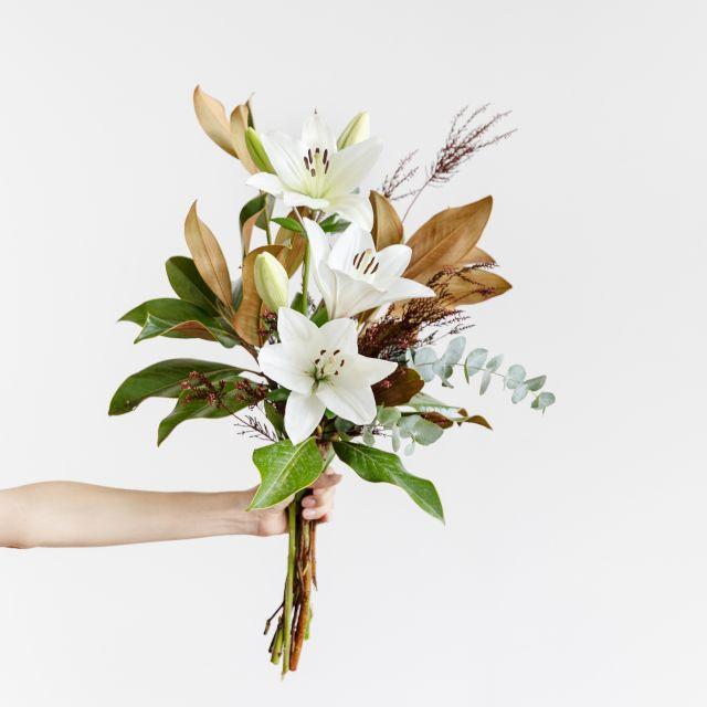 Ramo con magnolia y lirios blancos