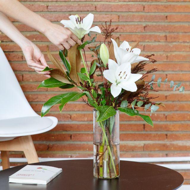 Mandar Ramo con magnolia y lirios blancos