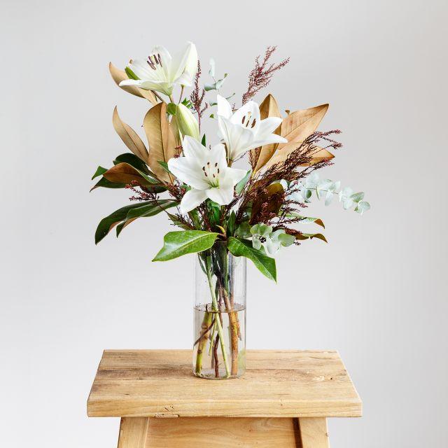 Bouquet con magnolia e gigli bianchi Colvin