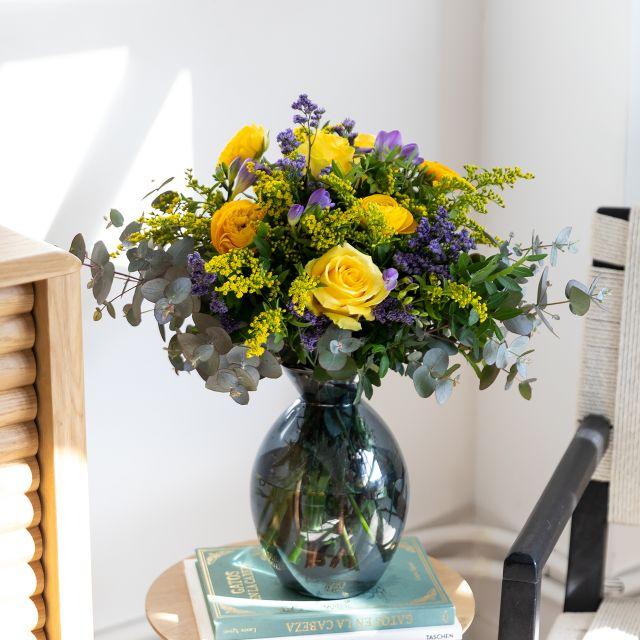 Bouquet di fiori freschi di rose e fresie