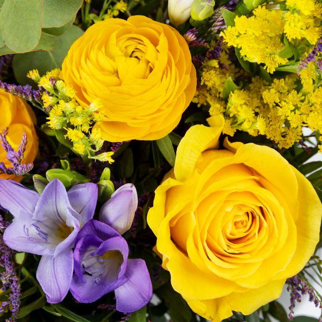 Inviare bouquet a domicilio con rose e fresie