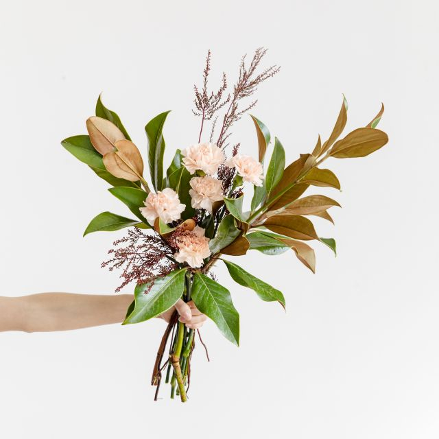 Enviar Ramo con magnolia y clavel rosa