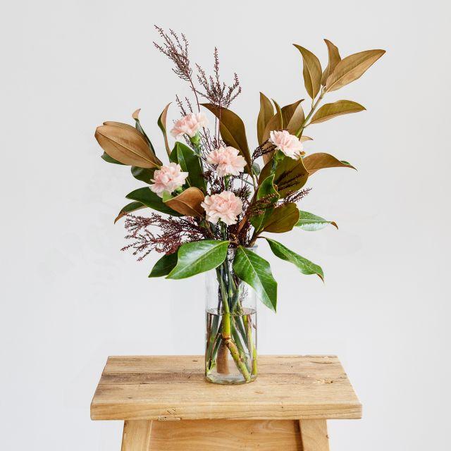 Ramo con magnolia y clavel rosa Colvin