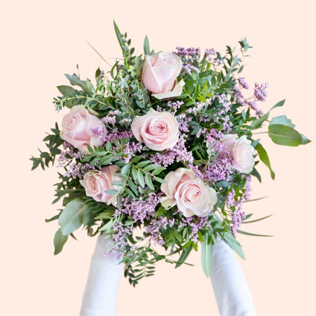 Enviar ramo de flores con rosas rosas y limonium dia de la madre