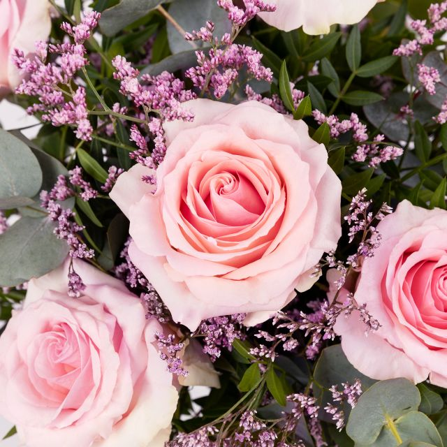 Envio a domicilio ramo de rosas rosas y limonium
