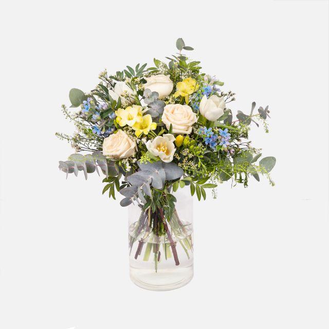 Mazzi di fiori primaverili con rose e fresie