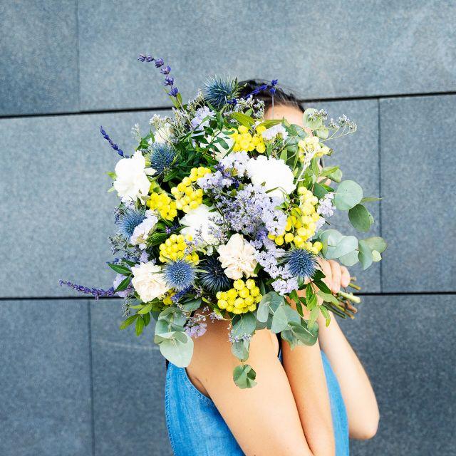 Blumenstrauß mit Dianthuscreme und violetter Statice