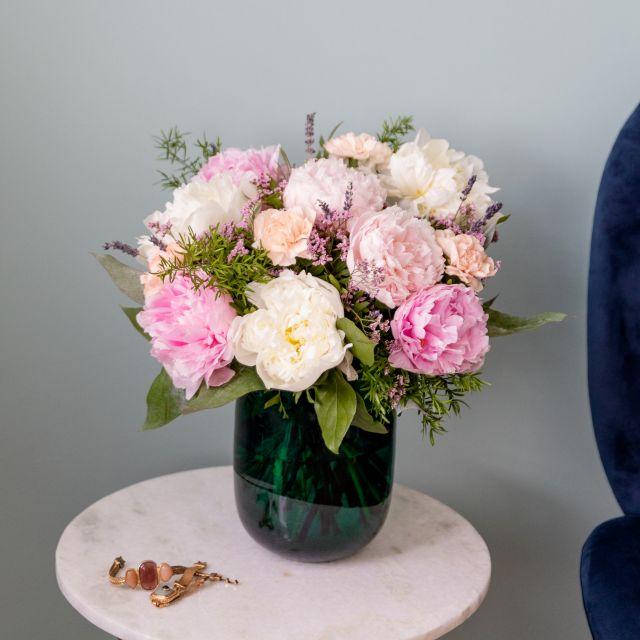 Einen Blumenstrauß mit Pfingstrosen nach Hause schicken