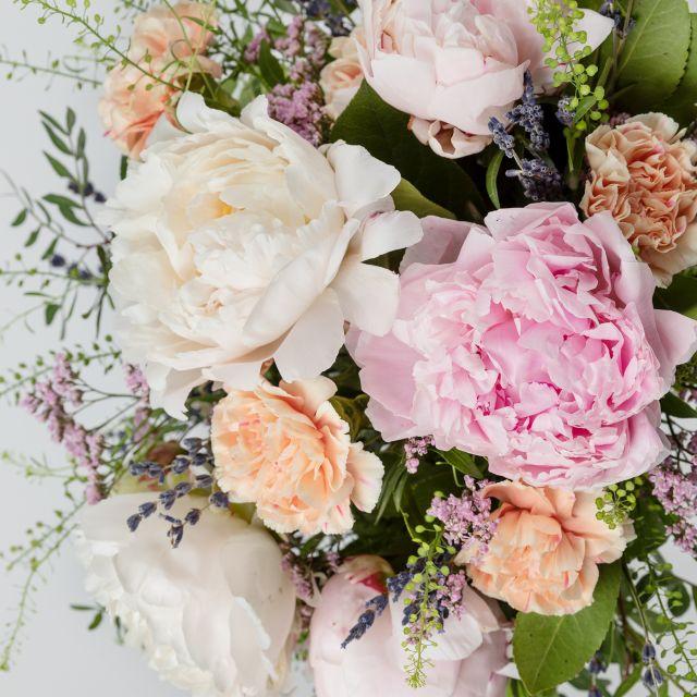 Bouquet di fiori con peonie bianche e rose