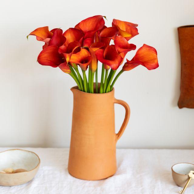 Blumenstrauß aus orangefarbenen Calla-Lilien nach Hause schicken