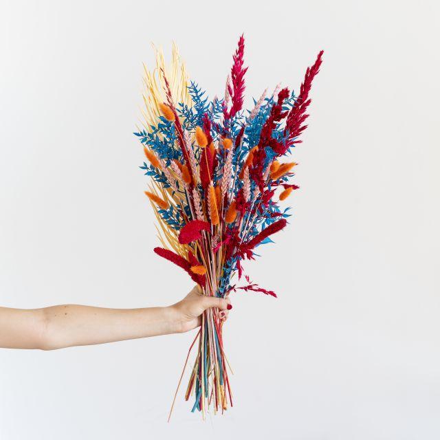 Ramo flores secas e folhas de palmeira