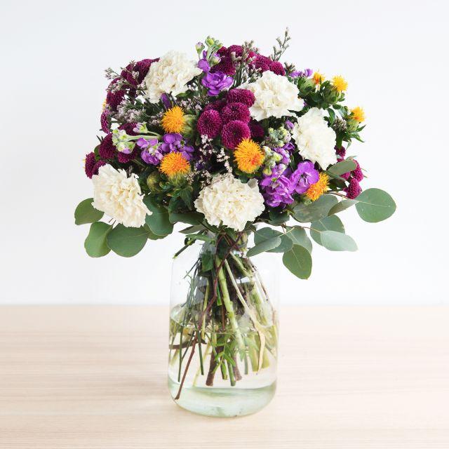 Blumenstrauß mit cremefarbenen und violetten Blüten