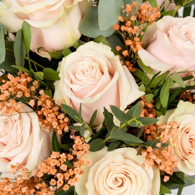 Bouquet di fiori con rose rosa e paniculata per San Valentino