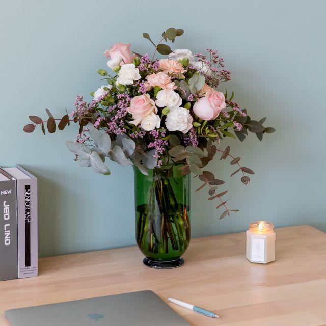 Kaufe einen Blumenstrauß mit Rosen und Nelken zum Muttertag