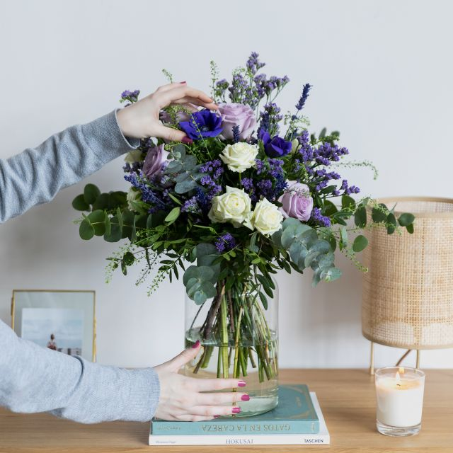 Ramo de flores frescas de lavanda e rosas