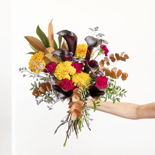 Bouquet di calle nere e garofani