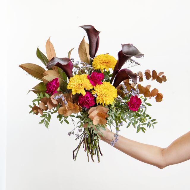 Invia un bouquet di fiori con calle nere e garofani