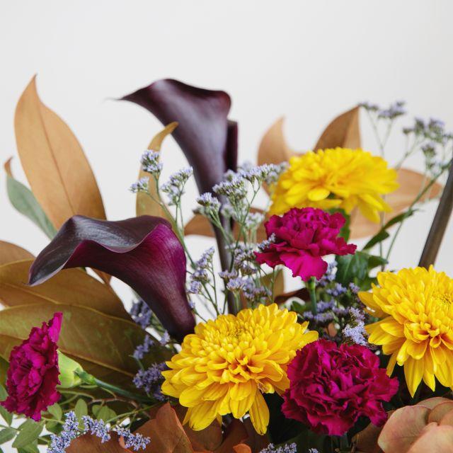 Ramo de flores con calas negras